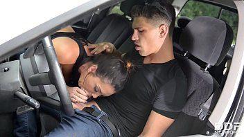 La femme de mon père monte dans mon camion pour me baiser